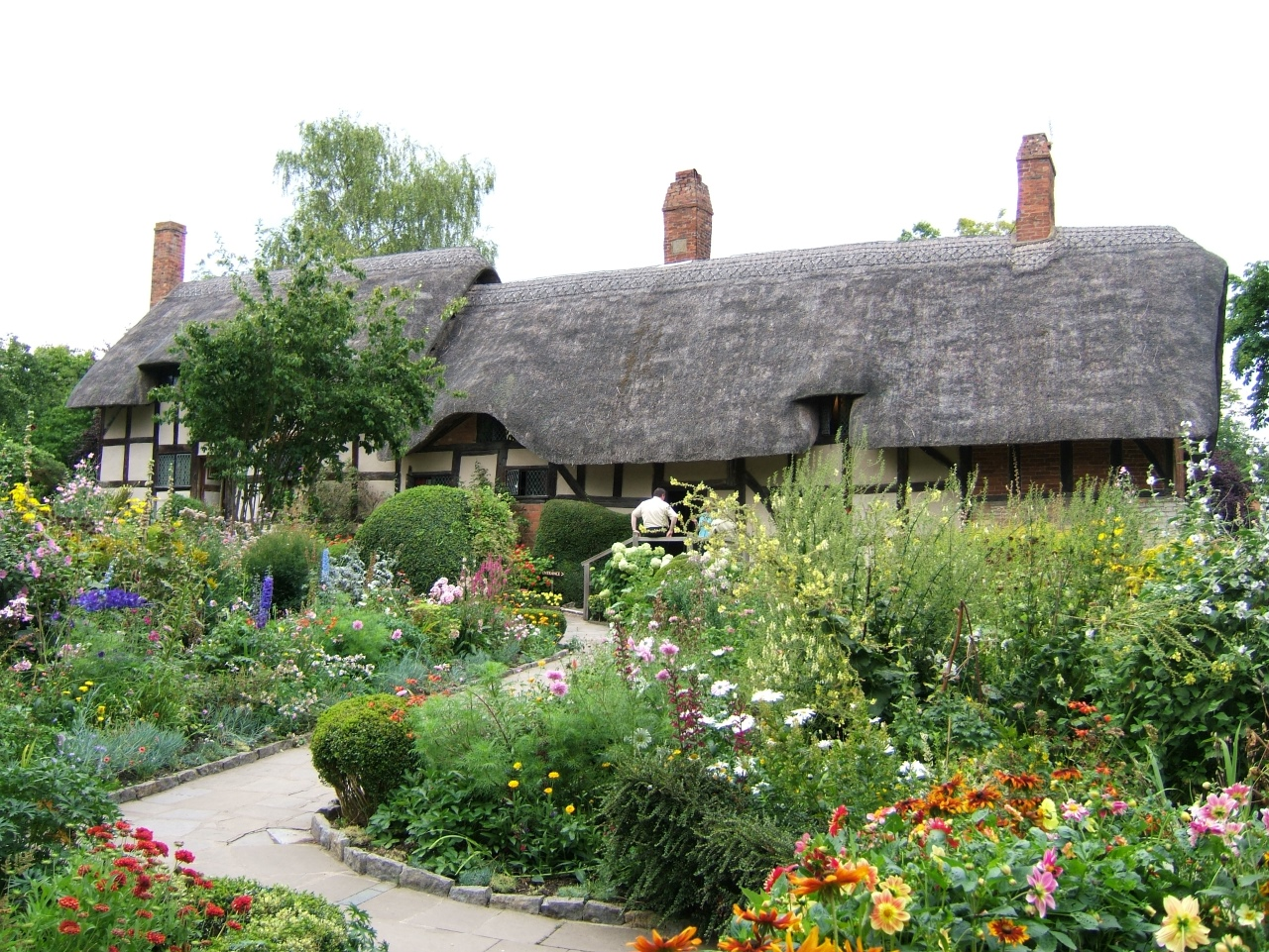 Some Space-Saving Tips for Gardening for Your Thatch Cottage